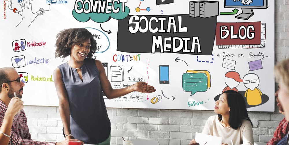 Posten Sie eigenen Content und teilen Sie gute Inhalte anderer Seiten in Social Media © Fotolia/ Rawpixel.com