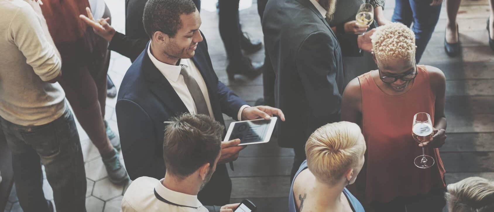 Marketing auf Messen: Interessenten befinden sich auf einer Fachmesse