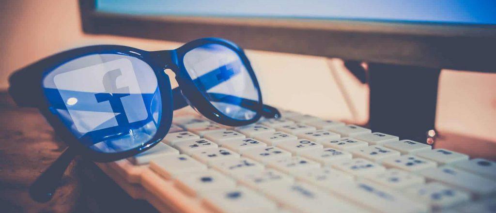 Facebook Datenskandal: Brille mit Facebook-Logo liegt auf einer Tastatur