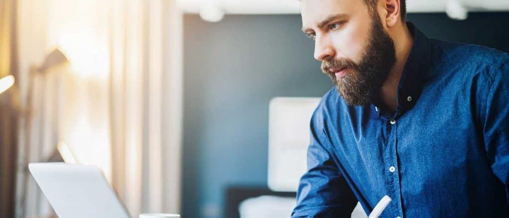 Junger Mann mnimmt an einer Online Marketing Weiterbildung teil