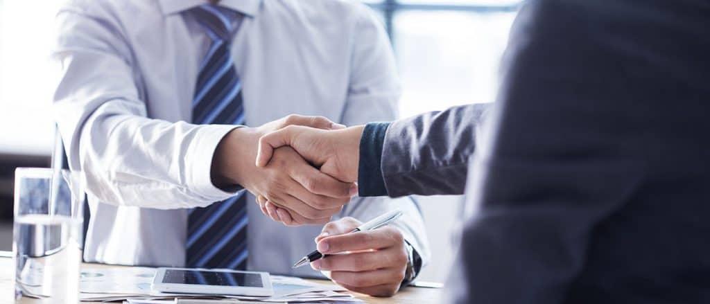 Leadgenerierung im B2B: Vertragsabschluss mit Geschäftspartner