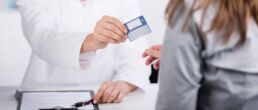 Content Marketing für Arztpraxen, Kliniken und niedergelassene Ärzte: Arzt überreicht Patienten die Versichertenkarte