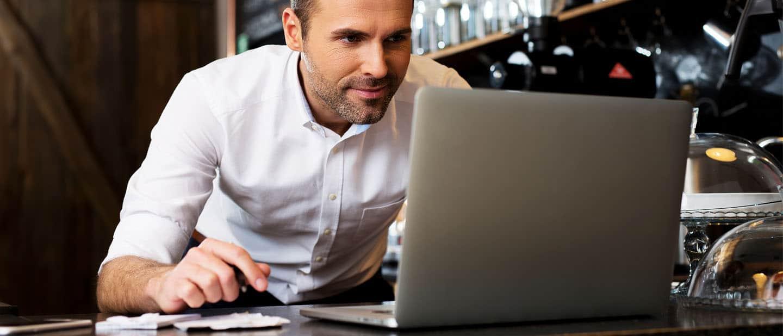 Marketing für den Mittelstand: Gastronomiechef checkt seine Reputation im Internet