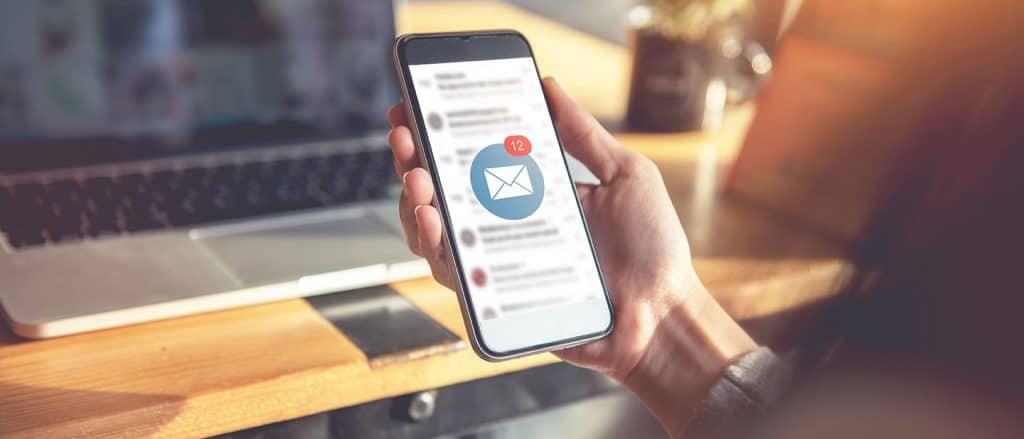 B2B E-Mail-Marketing: Neue E-Mail auf Handy weckt die Aufmerksamkeit des Betrachters