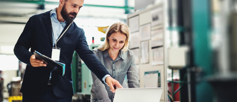 Marketing im Maschinenbau: Chef erläutert der Kollegin eine digitale Marketing-Strategie
