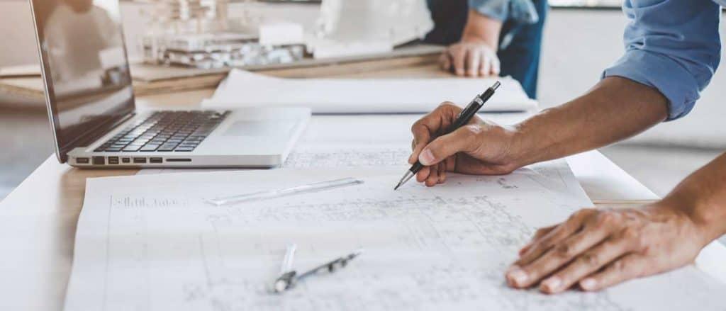 Marketing für Ingenieure: Ingenieur bearbeitet eine technische Zeichnung